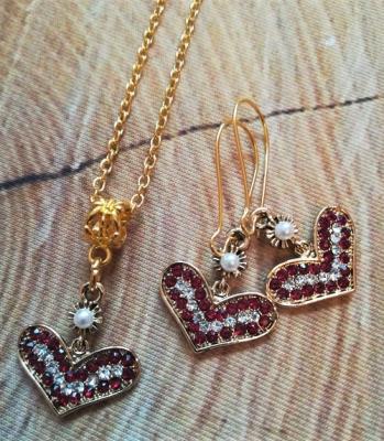 Kette  & Ohrringe in goldfarben mit roten Steinchen