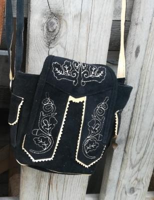 1 kleine Trachtentasche im Lederhosenlook, schwarz