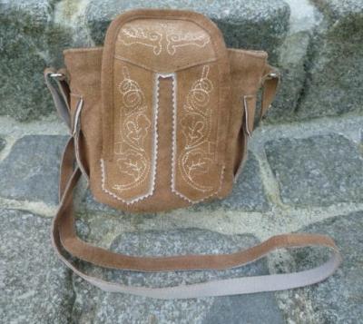 1 kleine Trachtentasche im Lederhosenlook, hellbraun