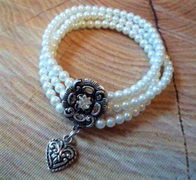 3-reihiges Perlenarmband, creme-weiß, mit Herz-Anhänger